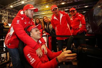 Пилоты Ferrari Сэм Бёрд, Давиде Ригон, Джанкарло Физикелла и Андреа Бертолини