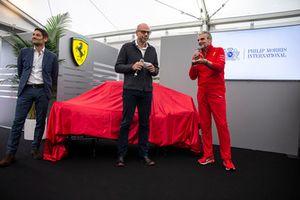 Maurizio Arrivabene, Ferrari-teambaas, bij de onthulling van de nieuwe Ferrari-livery