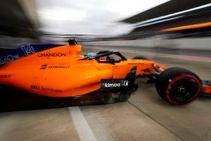 Fernando Alonso, McLaren MCL33, wyjeżdża z garażu