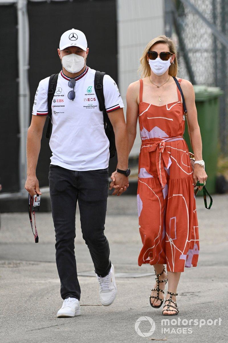 Valtteri Bottas, Mercedes, con su novia Tiffany Cromwell