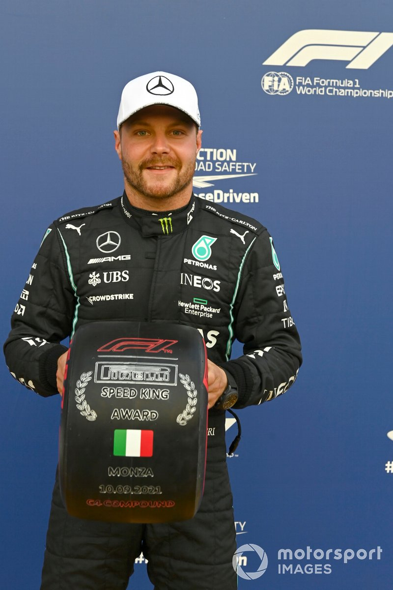 Ganador del primer puesto Valtteri Bottas, Mercedes, con el trofeo Pirelli Speed King