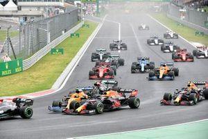 Valtteri Bottas, Mercedes W12 , Lando Norris, McLaren MCL35M, et Max Verstappen, Red Bull Racing RB16B, entrent en contact au départ