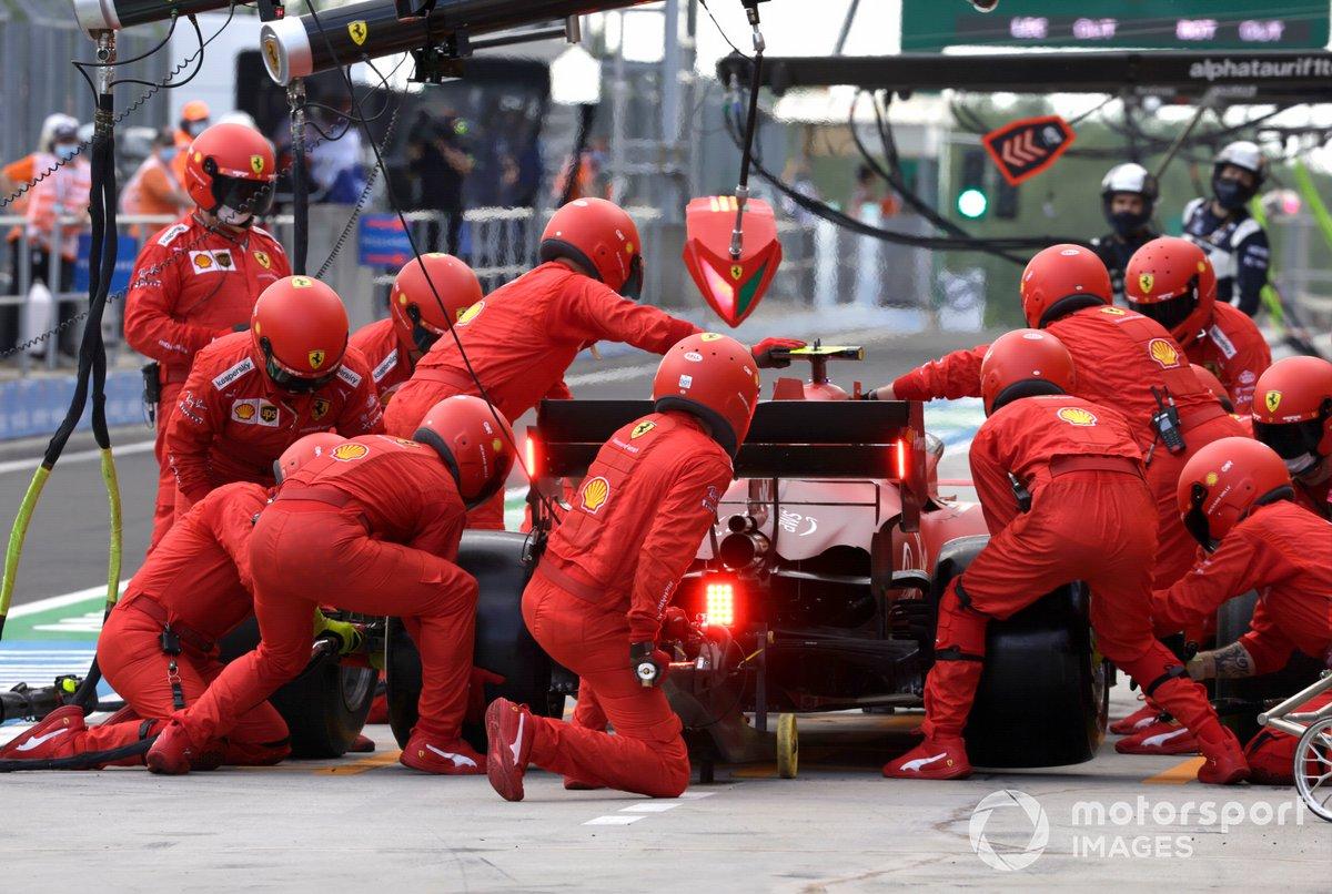 Carlos Sainz Jr., Ferrari SF21, hace una parada en pits