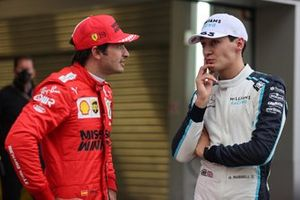Carlos Sainz Jr., Ferrari, parle à George Russell, Williams