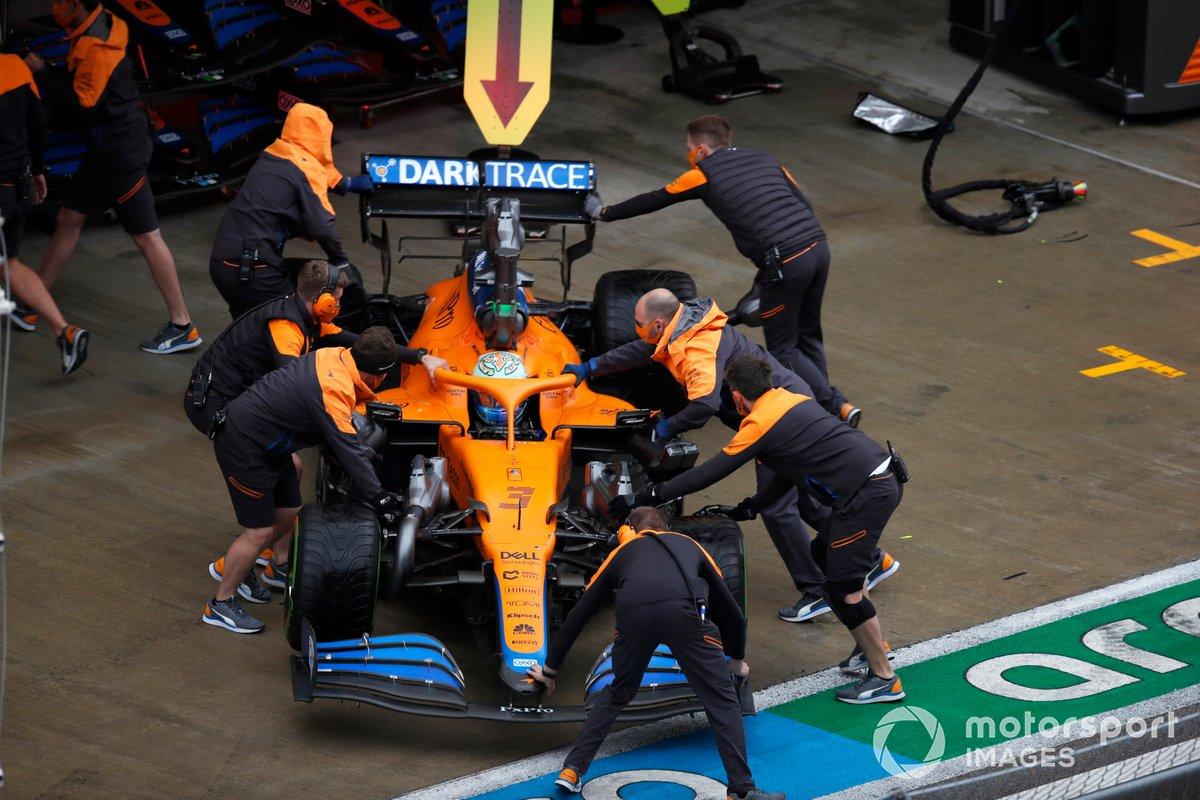 Daniel Ricciardo, McLaren, torna in garage