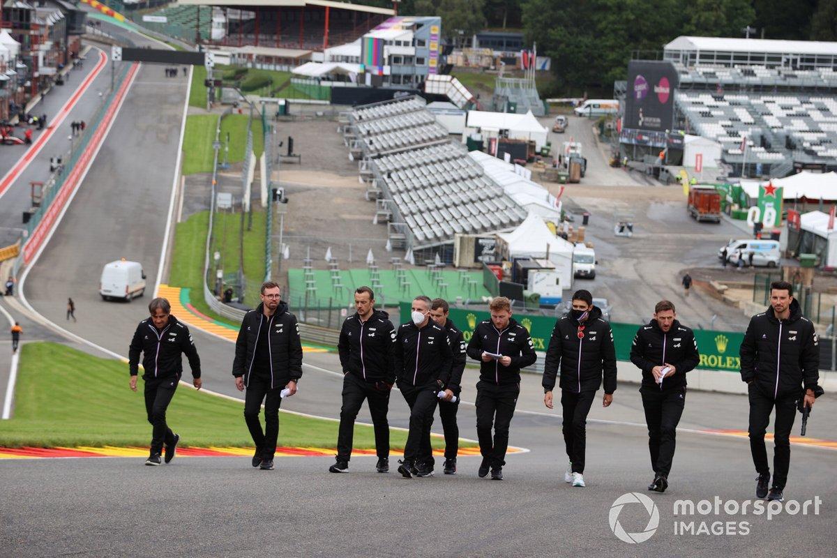 Esteban Ocon, Alpine F1, recorre la pista con miembros de su equipo