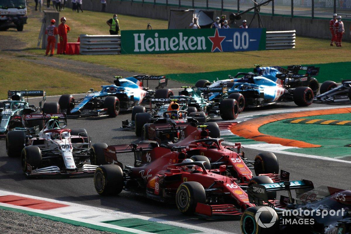 Lewis Hamilton, Mercedes W12, Carlos Sainz Jr., Ferrari SF21, Charles Leclerc, Ferrari SF21, Antonio Giovinazzi, Alfa Romeo Racing C41, y el resto del grupo en la salida