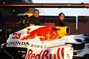 Toyoharu Tanabe, F1 Technical Director, Honda, and Masashi Yamamoto, General Manager, Honda Motorsport, with the car of Max Verstappen, Red Bull Racing RB16B