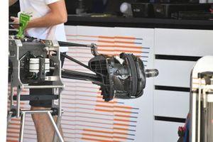 McLaren MCL35M dettaglio del condotto del freno anteriore