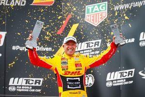 Tom Coronel no pódio da primeira etapa do FIA WTCR, em Motorland Aragón, na Espanha
