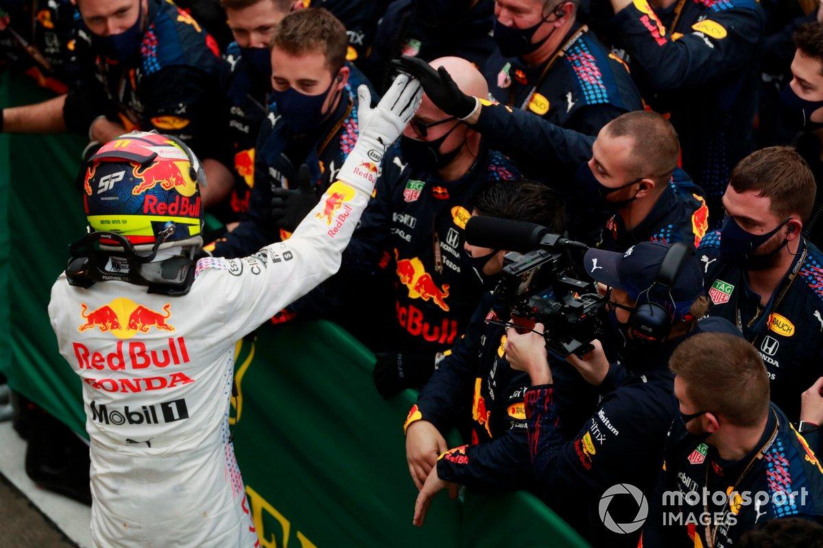 Sergio Pérez, Red Bull Racing, 3ª posición, celebra con su equipo en el Parc Ferme