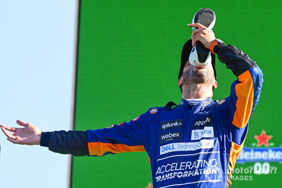 Daniel Ricciardo, McLaren, 1a posizione, beve dalla sua scarpa sul podio