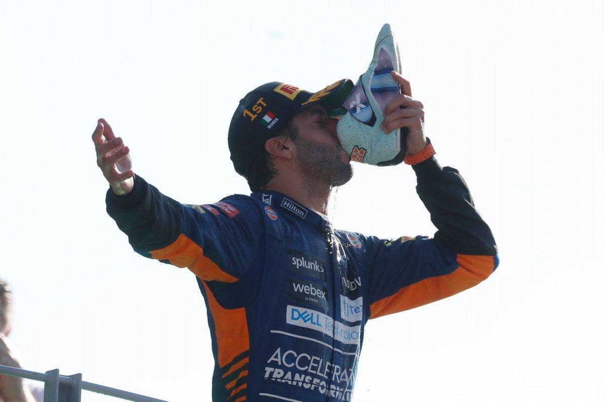 Podio: ganador Daniel Ricciardo, McLaren bebe de su zapato en el podio