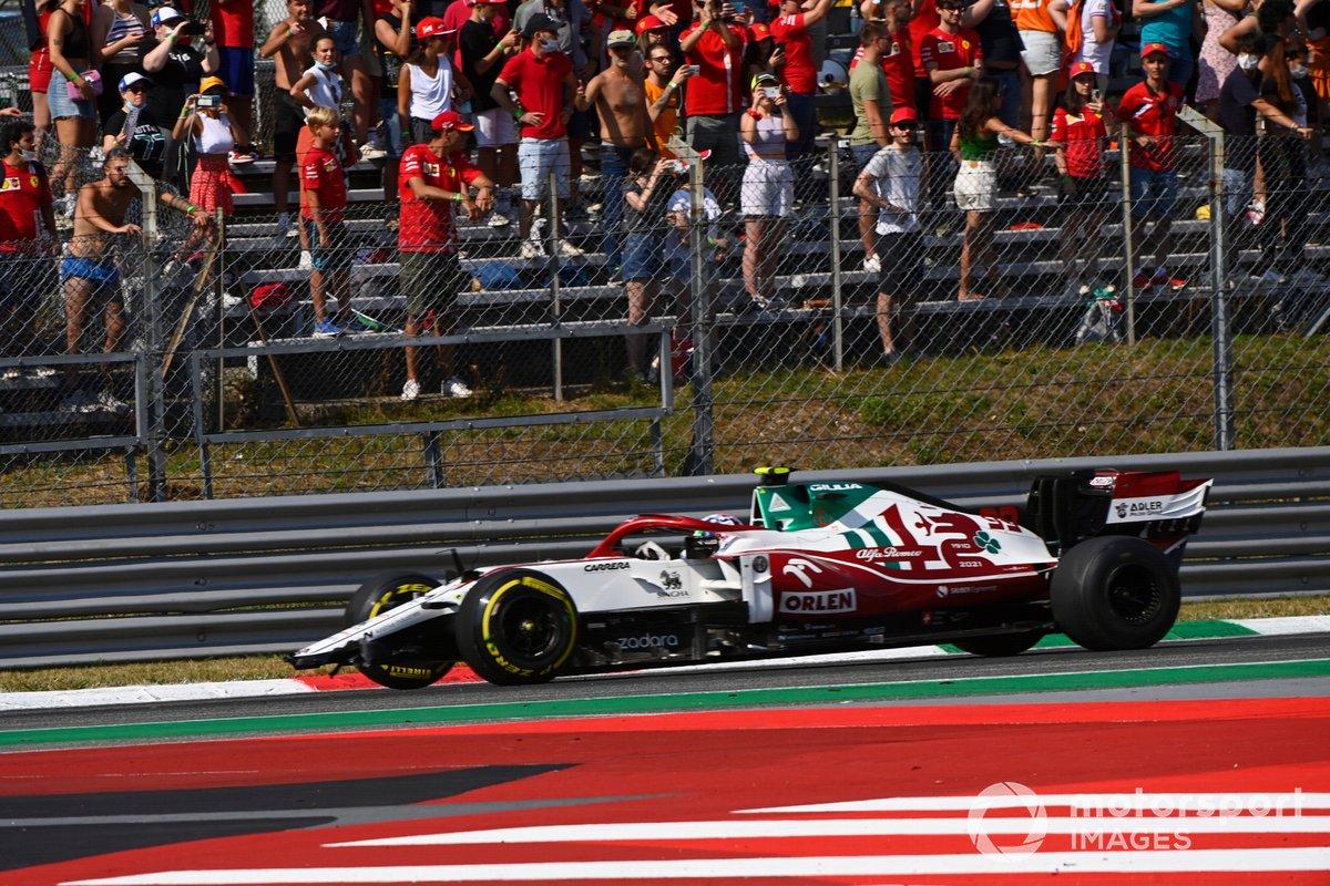 Antonio Giovinazzi, Alfa Romeo Racing C41, sufre daños en la primera vuelta