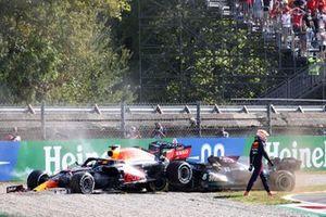 Max Verstappen, Red Bull Racing, si allontana dalla sua auto dopo l'incidente con Lewis Hamilton, Mercedes W12