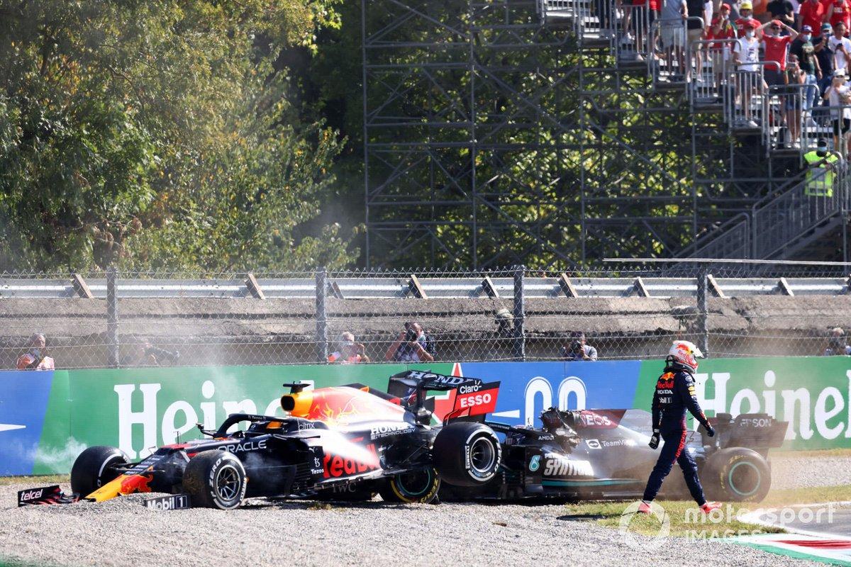 Max Verstappen, Red Bull Racing, se aleja de su coche tras una colisión con Lewis Hamilton, Mercedes W12