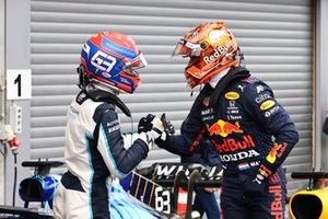 Segundo puesto George Russell, Williams y el ganador de la pole Max Verstappen, Red Bull Racing,en Parc Ferme
