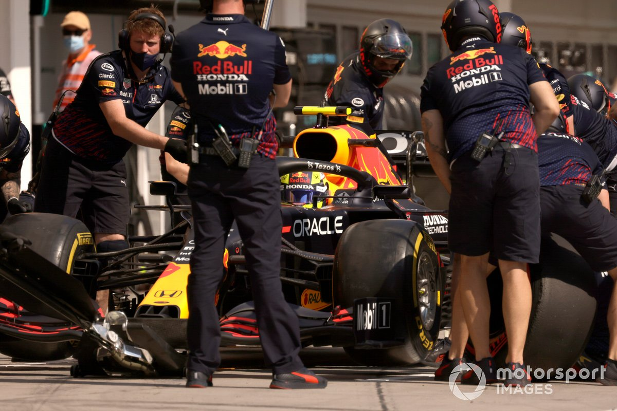 Sergio Pérez, Red Bull Racing RB16B, en boxes