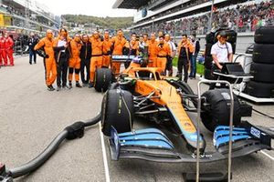 Mechanics on the grid with the car of Lando Norris, McLaren MCL35M