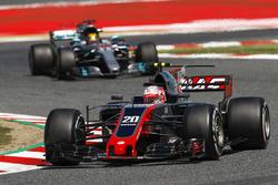 Kevin Magnussen, Haas F1 Team VF-17, Lewis Hamilton, Mercedes AMG F1 W08