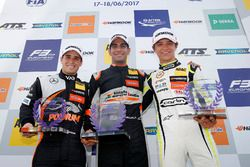 Podium des rookies : le premier Jehan Daruvala, Carlin, Dallara F317 - Volkswagen, le deuxième Joey Mawson, Van Amersfoort Racing, Dallara F317 - Mercedes-Benz, le troisième Lando Norris, Carlin Dallara F317 - Volkswagen
