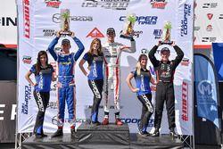 Podio: ganador de la carrera Oliver Askew, Cape Motorsports, Rinus van Kalmthout, Pabst Racing el se