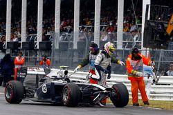 Pastor Maldonado, Williams FW33 sale de su coche para regresar a los pozos