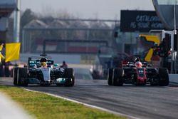 Lewis Hamilton, Mercedes AMG F1 W08, en Kevin Magnussen, Haas F1 Team VF-17