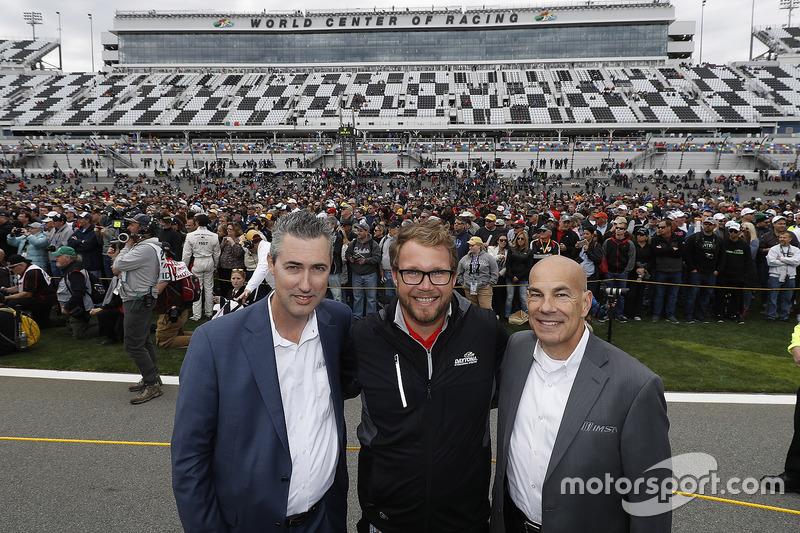 IMSA CEO Ed Bennett, Daytona International Speedway President Chip Wile, en IMSA President Scott Atherton voor veel fans