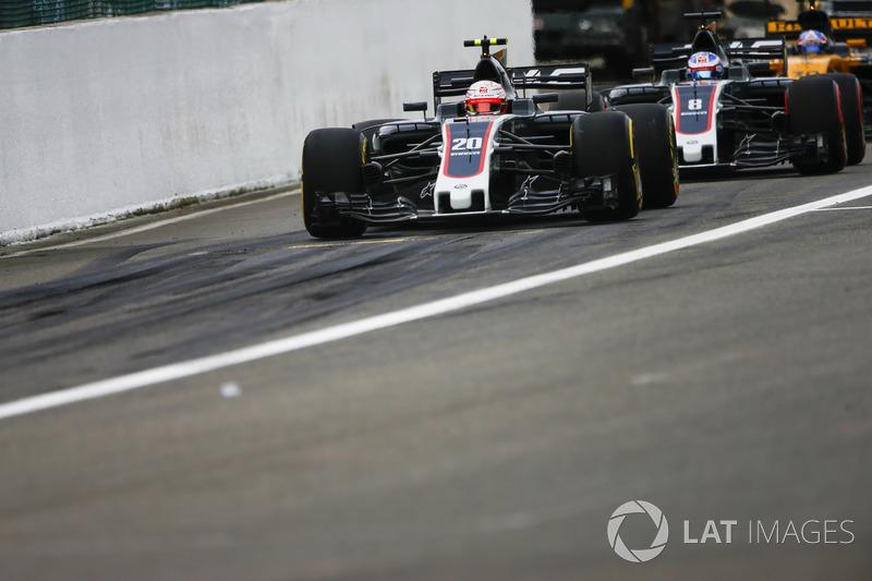 Kevin Magnussen, Haas F1 Team VF-17, Romain Grosjean, Haas F1 Team VF-17