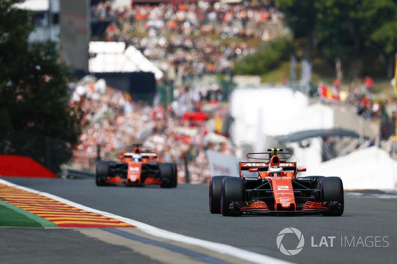 Stoffel Vandoorne, McLaren MCL32, voor Fernando Alonso, McLaren MCL32