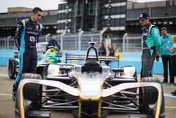 Sébastien Buemi, Renault e.Dams y Nelson Piquet, NextEV NIO, inspeccionan el coche de Jean Eric Verg