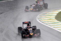 Daniil Kvyat, Scuderia Toro Rosso STR11 devant son coéquipier Carlos Sainz Jr., Scuderia Toro Rosso STR11
