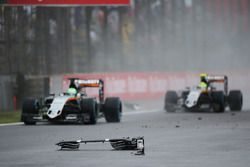 Nico Hulkenberg, Sahara Force India F1 VJM09 et Sergio Perez, Sahara Force India F1 VJM09 passent des débris du crash de la Sauber C35 de Marcus Ericsson, Sauber F1 Team