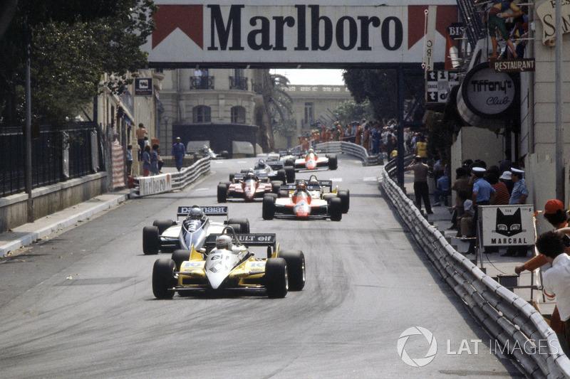 Rene Arnoux, Renault RE30B delante de Riccardo Patrese, Brabham BT49D-Ford Cosworth, Bruno Giacomelli, Alfa Romeo 182, Alain Prost, Renault RE30B y Didier Pironi, Ferrari 126C2