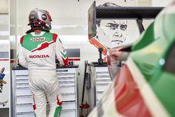 Michelisz Norbert a Honda garázsában