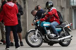 Sebastian Vettel, Ferrari llega en una moto Suzuki 750