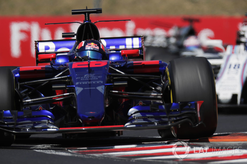 Daniil Kvyat, Scuderia Toro Rosso STR12, solleva una ruota passando su un cordolo