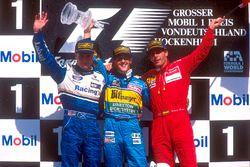 Podium: Racewinnaar Michael Schumacher, Benetton Renault, tweede plaats David Coulthard, Williams Re