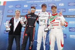 Podium: Racewinnaar Tom Chilton, Sébastien Loeb Racing, Citroën C-Elysée WTCC, tweede plaats Rob Huf