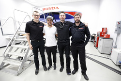 Fernando Alonso en el simulador de Honda Performance con los ingenieros HPD
