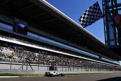 Karierte Flagge für Valtteri Bottas, Mercedes AMG F1 W08