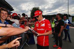 Kimi Raikkonen, Ferrari firma autografi ai fan