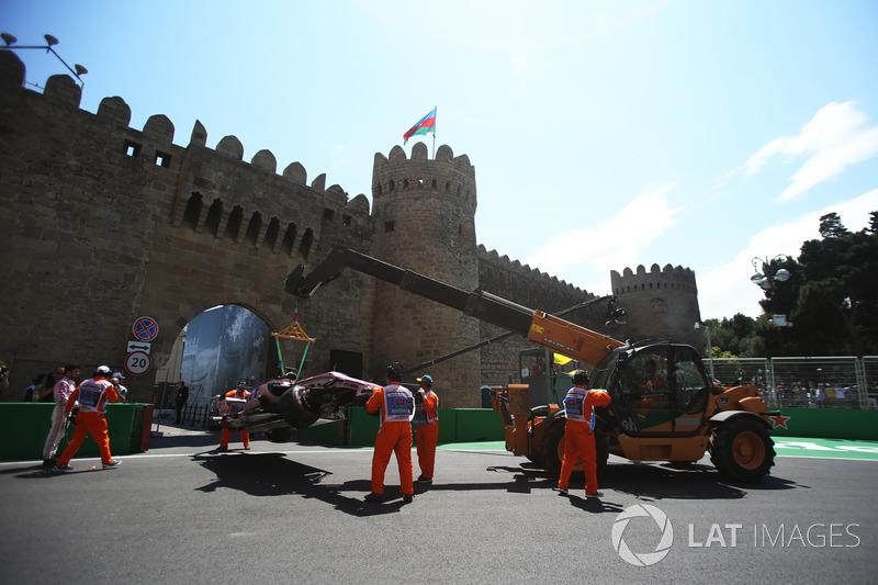 El coche de Sergio Pérez, Sahara Force India VJM10 es retirado por oficiales de pista
