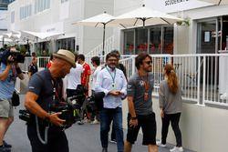 Fernando Alonso, McLaren, wordt gefilmd terwijl hij met zijn manager Luis Garcia Abad, door de paddo