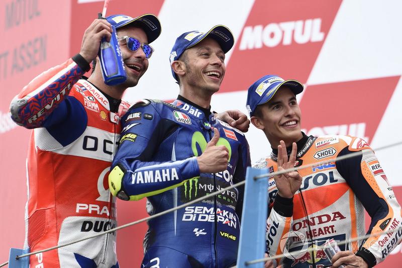 Podio: il secondo classificato Danilo Petrucci, Pramac Racing, il vincitore della gara Valentino Rossi, Yamaha Factory Racing, il terzo classificato Marc Marquez, Repsol Honda Team