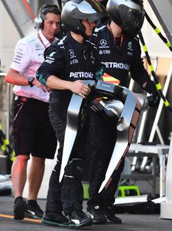 Mercedes AMG F1 F1 W08  mechanics, replacement head rest for Lewis Hamilton, Mercedes AMG F1 F1 W08