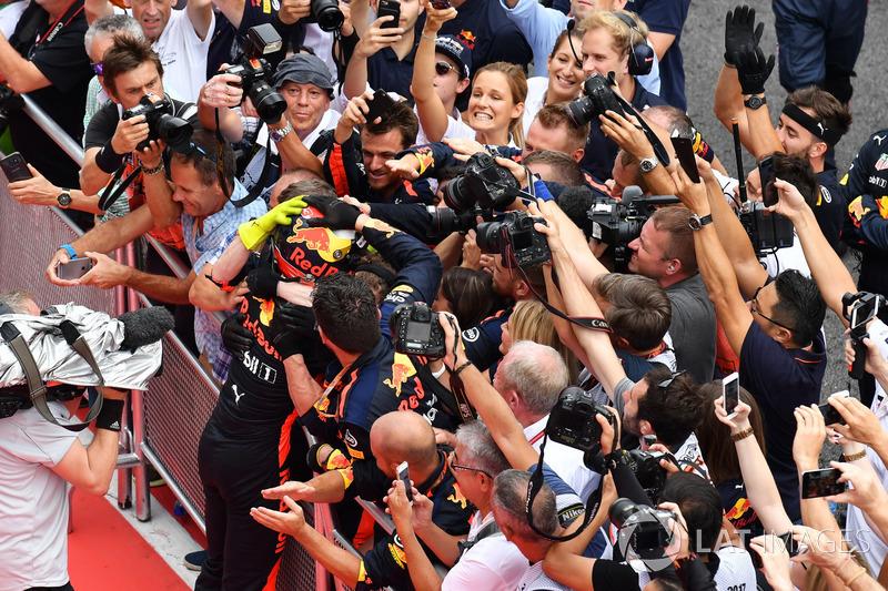Pemenang balapan Max Verstappen, Red Bull Racing merayakan kemenangan bersama timnya