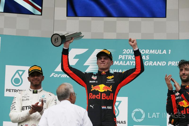 Podium: Pemenang balapan, Max Verstappen, Red Bull Racing menerima trofi
