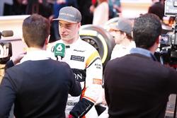 Stoffel Vandoorne, McLaren, et Fernando Alonso, McLaren, avec les médias